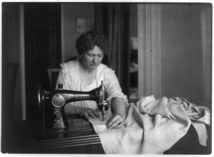Woman_sewing_with_a_Singer_sewing_machine